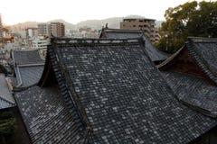 Le case d'impilamento intorno a Sofukuji durante il tramonto Immagini Stock