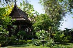 Le case della Tailandia hanno costruito di legno che gli alberi hanno piantato Fotografie Stock Libere da Diritti