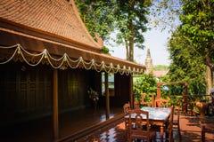 Le case della Tailandia hanno costruito di legno che gli alberi hanno piantato intorno alla casa Immagine Stock