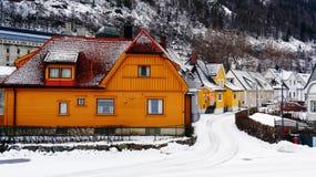 Le case di legno variopinte si avvicinano alla montagna Fotografia Stock