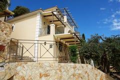 Le case moderne della costruzione con il terrazzo e di olivo in Greec Immagini Stock Libere da Diritti