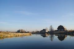 Le case rustiche si avvicinano al lago Immagine Stock
