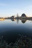 Le case rustiche si avvicinano al lago Fotografia Stock Libera da Diritti
