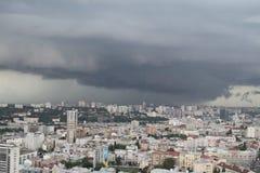le case si sono accese dal sole in 10 minuti prima del temporale Fotografia Stock Libera da Diritti