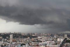 le case si sono accese dal sole in 10 minuti prima del temporale Immagine Stock