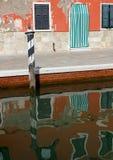 Le case variopinte dell'isola del burano hanno riflesso in canale Fotografia Stock Libera da Diritti