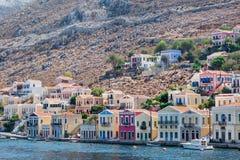 Le case variopinte tradizionali ed il porto nell'isola Dode di Symi Immagini Stock