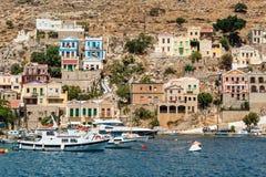 Le case variopinte tradizionali ed il porto nell'isola Dode di Symi Fotografia Stock