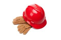 Le casque antichoc et le cuir rouges fonctionnent des gants sur le blanc Photographie stock