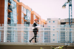 Le casque blanc d'usage d'ingénieur de succès pour la sécurité et le bâtiment de vérification prévoit le croquis de mise au point photographie stock