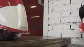 Le casque du pompier sur la table banque de vidéos