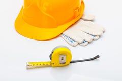 Le casque jaune avec la bande de mesure et les gants s'approchent de elle photo libre de droits