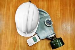 Le casque, le masque de gaz et le dosimètre blancs Image stock