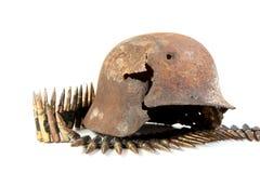 Le casque ratissé rouillé et machine-gun la bande Photo stock