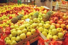 Le casse con le varie specie della mela fruttificano sul mercato degli agricoltori Fotografia Stock Libera da Diritti