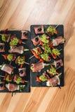 Le casse-croûte espagnol, banderillas sur des brochettes avec le jamon, ramses, poire, dorblue, chorizo, a séché la tomate, champ Images libres de droits
