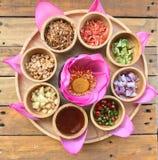 Le casse-croûte thaïlandais traditionnel a appelé Miang Kham, pétale savoureux de lotus enveloppé photo libre de droits