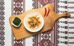 Le casse-croûte traditionnel roumain Fasolita, a écrasé des haricots aux oignons caramélisés image stock