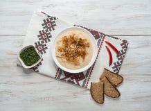 Le casse-croûte traditionnel roumain Fasolita, a écrasé des haricots aux oignons caramélisés image libre de droits