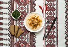 Le casse-croûte traditionnel roumain Fasolita, a écrasé des haricots aux oignons caramélisés photo libre de droits