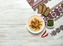 Le casse-croûte traditionnel roumain Fasolita, a écrasé des haricots aux oignons caramélisés photo stock
