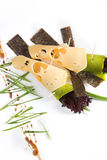 Le casse-croûte de fromage avec le tofu, poivron vert, nori part sur un fond blanc Photographie stock libre de droits