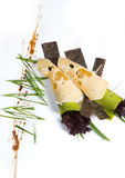Le casse-croûte de fromage avec le tofu, poivron vert, nori part sur un plateau en bois Photographie stock libre de droits