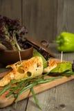 Le casse-croûte de fromage avec le tofu, poivron vert, nori part sur un plateau en bois Images libres de droits