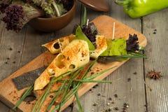 Le casse-croûte de fromage avec le tofu, poivron vert, oignon, nori part sur un plateau en bois Photos libres de droits