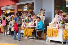 Le casse-croûte se tient sur le terminus de bus dans Banos, Equateur Photographie stock libre de droits