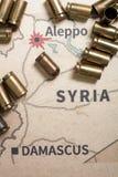 Le casse e le pallottole infornate dal fucile Vista del fondo su regione di sezione di Aleppo, Siria Immagini Stock