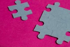 Le casse-tête rapièce sur le fond rose lumineux, horizontal Images libres de droits