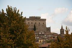 Le castel sur la colline du cimino de nel de soriano et de l'automne pousse des feuilles Photos libres de droits