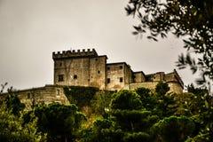 Le castel sur la colline du cimino de nel de soriano et de l'automne pousse des feuilles Image libre de droits