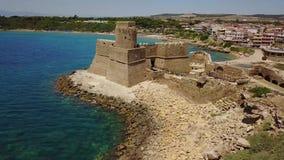 Le Castella, Le Castella,卡拉布里亚,意大利Aragonese城堡的鸟瞰图  股票视频