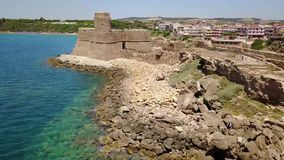 Le Castella, Le Castella,卡拉布里亚,意大利Aragonese城堡的鸟瞰图  股票录像