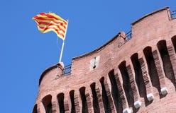 Le Castillet mit katalanischen nationalen Farben stockfotos