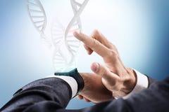 Le catene del DNA scorrono dall'orologio astuto rappresentazione 3d Immagini Stock