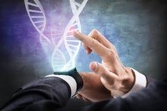 Le catene del DNA scorrono dall'orologio astuto rappresentazione 3d Fotografia Stock