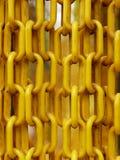 Le catene di plastica gialle hanno appeso davanti all'entrata del giardino della farfalla per impedire alla farfalla di sfuggire Fotografie Stock