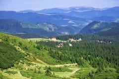 Le catene montuose delle montagne carpatiche si sono divise dalle depressioni longitudinali Immagini Stock