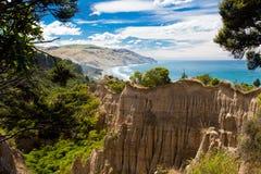 Le cattedrali hanno corroso la scogliera dell'argilla della baia del Gore, NZ fotografie stock