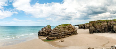 Le cattedrali tirano (playa de las catedrales) la Spagna in secco l'Oceano Atlantico immagine stock