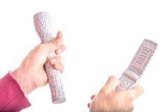 Le Caucasien lisse-a pelé des mains tenant le flashli 3D marqué par copie Photos stock