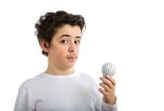 Le Caucasien lisse-a pelé le garçon tenant l'ampoule imprimée par 3D Photos libres de droits