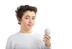 Le Caucasien lisse-a pelé le garçon tenant l'ampoule imprimée par 3D Image libre de droits