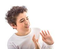 Le Caucasien lisse-a pelé le garçon tient des mains quant au rejet ou les enlève photographie stock libre de droits
