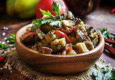 Le Caucasien traditionnel font sauter des aubergines cuites, vegetab frais photo stock