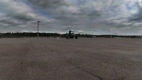 Le cavalier circulant lentement un vélo de cône du trafic clips vidéos