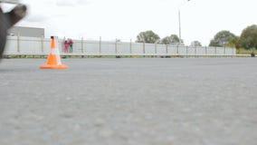 Le cavalier d'une moto inclut une première vitesse et commence à se déplacer clips vidéos